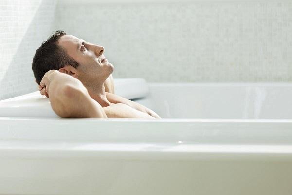 Мужчина и лечебная ванна