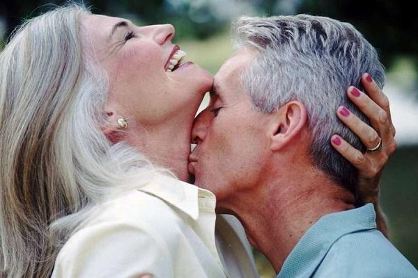 Жизнерадостная пожилая пара