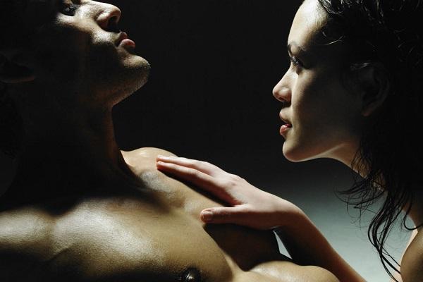 Женщина делает мужчине эротический массаж