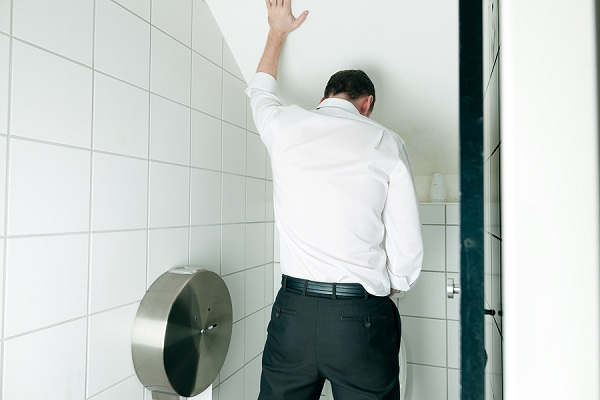 Парень в туалете с простатитом