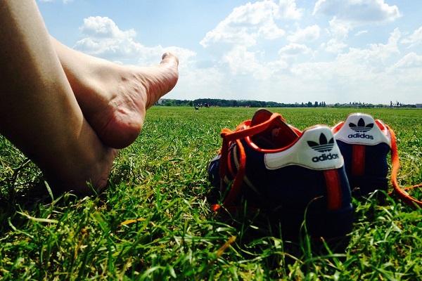 Полезная для мужчин ходьба по траве босиком