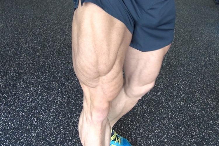 Сильные мужские ноги