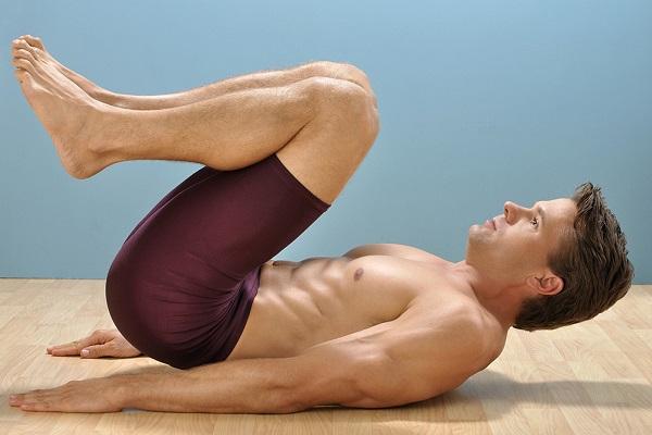 Мужчина, выполняющий упражнение для потенции