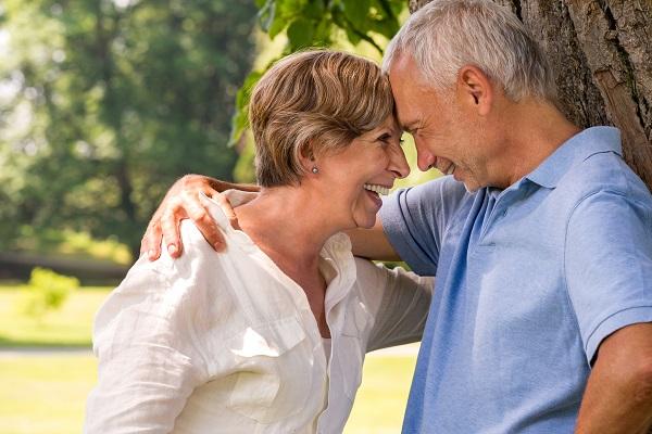 Мужчина и в возрасте со своей женой