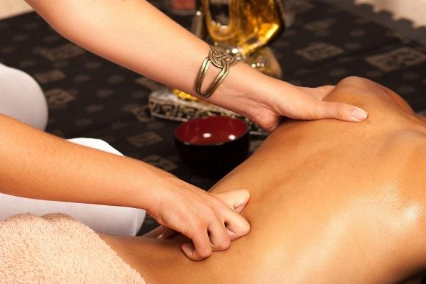 Жена делает мужу массаж мошонки для улучшения потенции