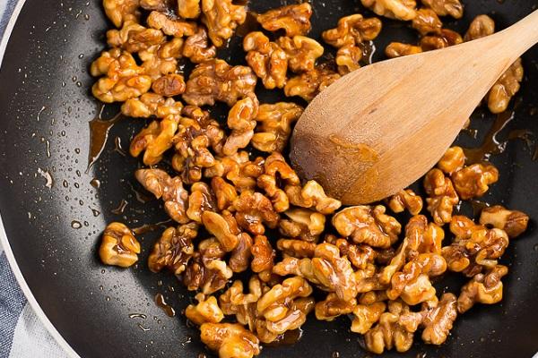 Рецепт приготовления меда с грецкими орехами на сковороде