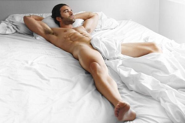 Мужчина в постели с потенцией