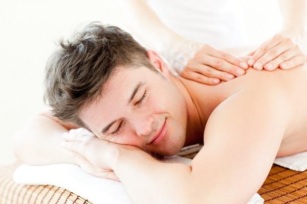 Девушка, делающая массаж парню