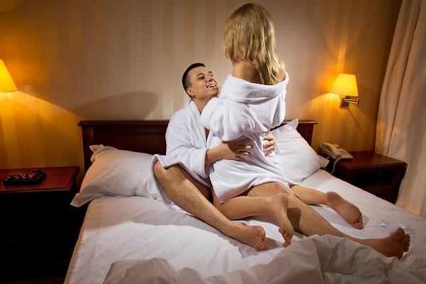 Девушка с парнем в романтической обстановке