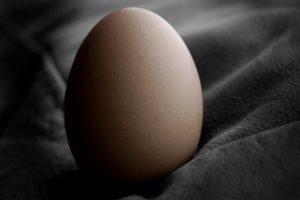 Одно яичко висит ниже другого – о чем это свидетельствует?