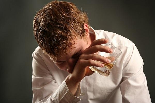Мужчина пьет алкоголь