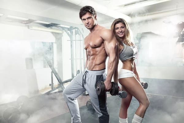 Мужчина с девушкой на спорте