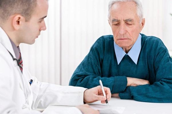Мужчина с хроническим орхитом на приеме у врача