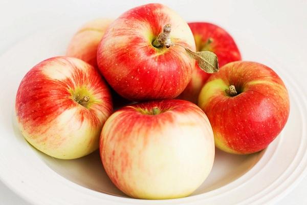 Повышающие потенцию яблоки на тарелке