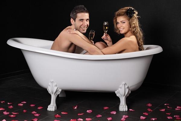 Мужчина и девушка в ванной