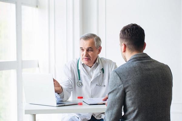 Мужчина у врача с дисбалансом пролактина