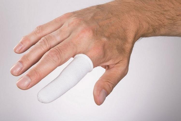 Мужчина с перебинтованным пальцем