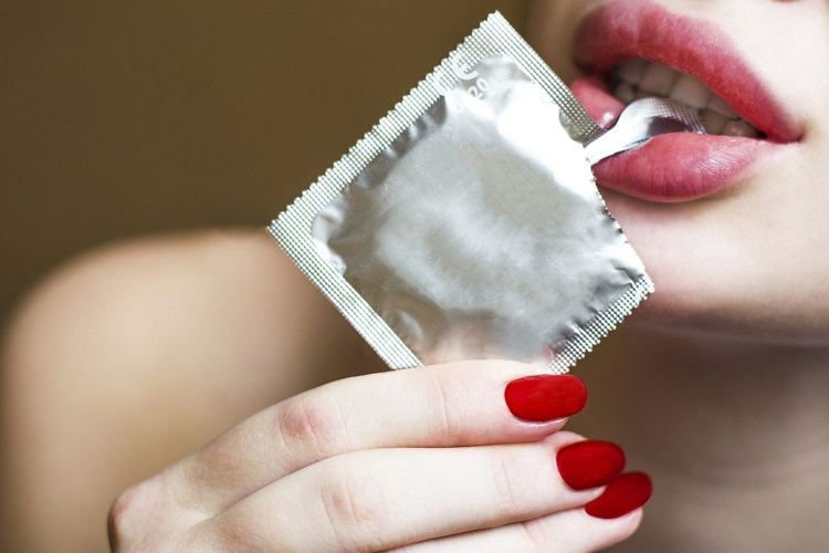 Девушка с презервативом