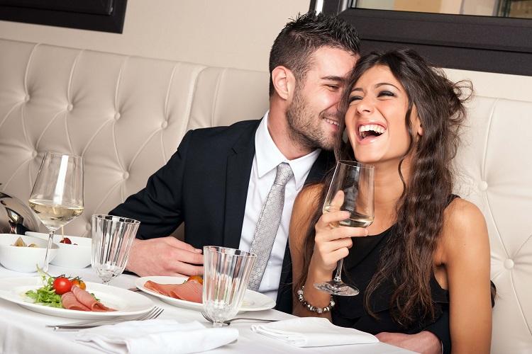 Мужчина и женщина за одним столиком
